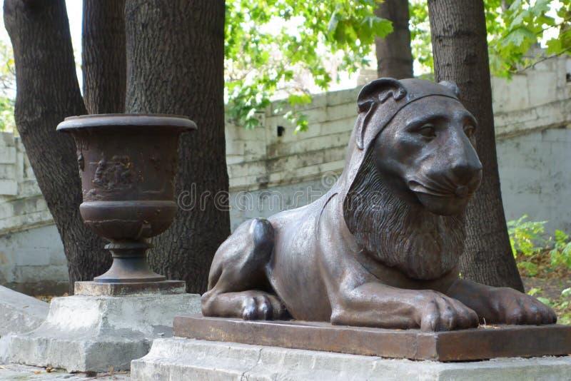 Våldsamt lejon för gjutjärn på det tidigare säterit i Moskva royaltyfria foton