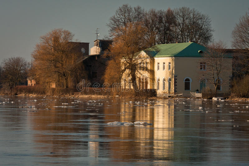 Våröversvämning i den Lielupe floden arkivbild