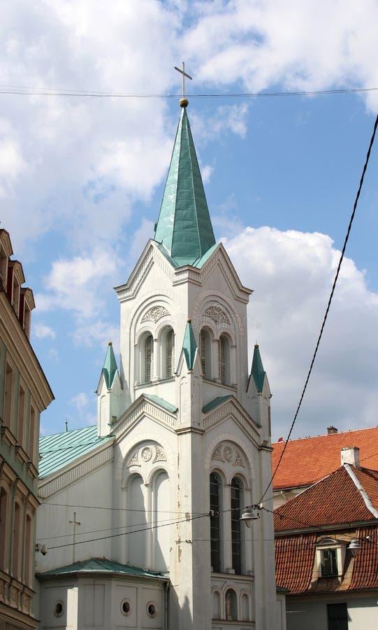 Vår dam av sorgkyrkan i den gamla mitten av Riga, Lettland Romare - katolsk kyrka royaltyfri fotografi