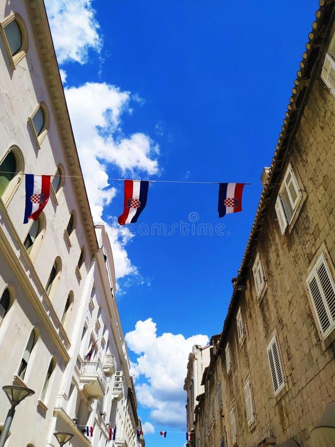 V?r, flaggor och liten stad royaltyfri foto