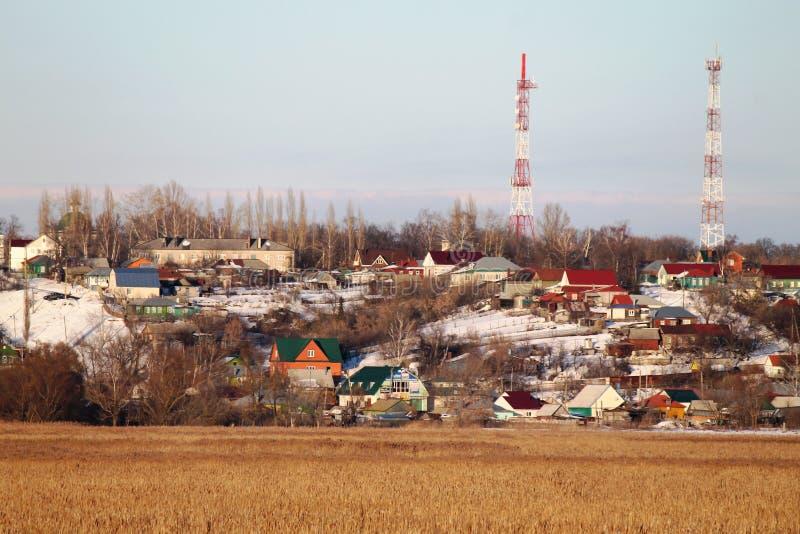 Vår by, gult gräs, blå himmel, TVtorn, arkivbilder