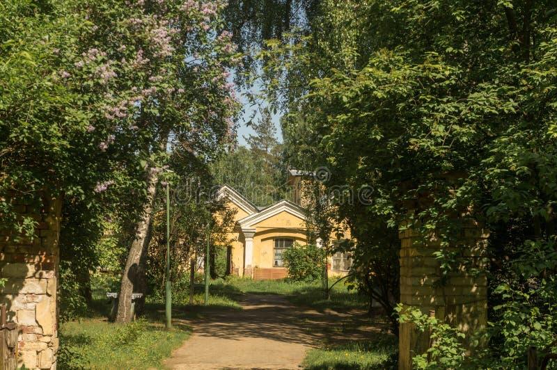 Vår i en liten stad i Moskvaregion royaltyfri bild
