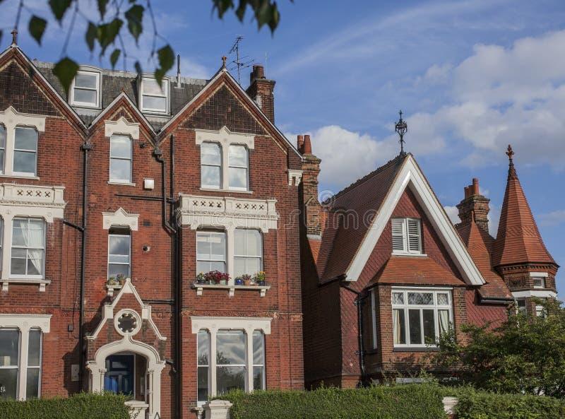 Vår i London, England, UK; redbrick hus och blåa himlar arkivbild