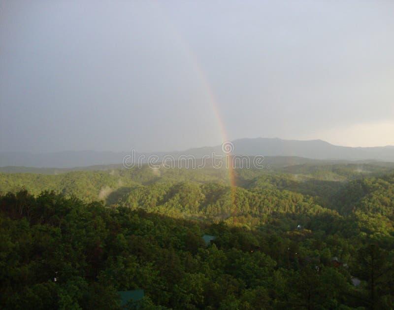 Vår i Smokiesen: Dubbel regnbåge över Tennessee Foothills royaltyfri fotografi