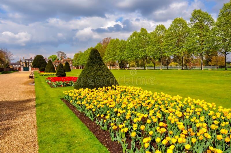 Vår i trädgårdar för Hampton domstol, London, Förenade kungariket royaltyfri bild