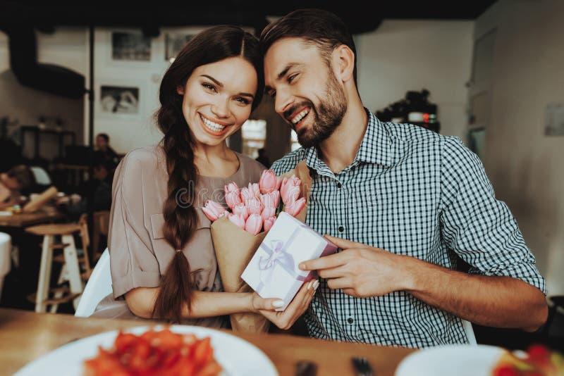 Vår och lyckligt leende med den stiliga mannen och den härliga kvinnan Bukett med tulpan Romantisk dag med familjen Stilig man oc arkivbilder