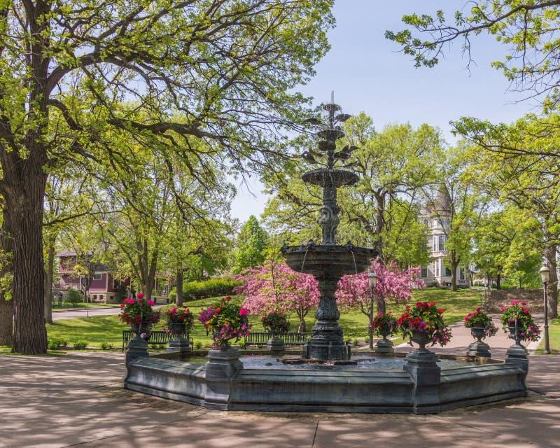 Vår på den härliga antika springbrunnen i Irvine Park i Saint Paul, Minnesota royaltyfri fotografi