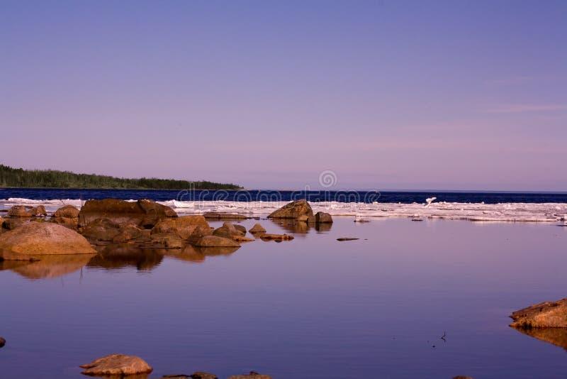 Vår sjö med att sväva is fotografering för bildbyråer
