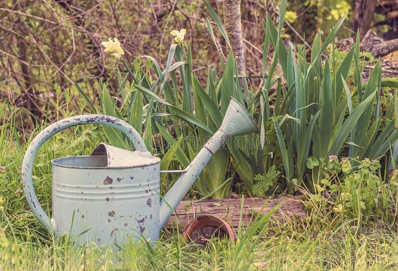 Vår som arbeta i trädgården sammansättning i lantlig stil för tappning arkivfoton