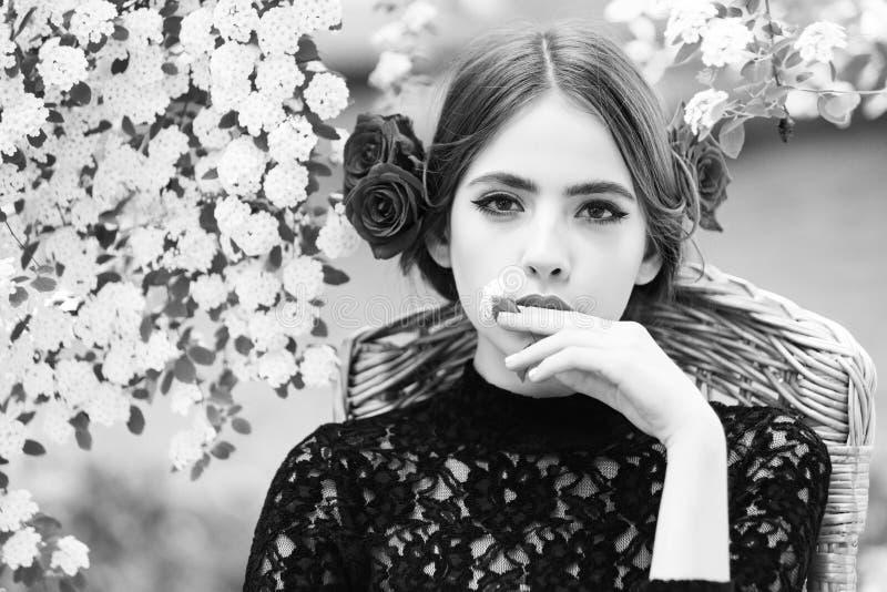 Vår sommar Natur skönhet Fundersam flicka med den vita blomman i hand royaltyfri fotografi