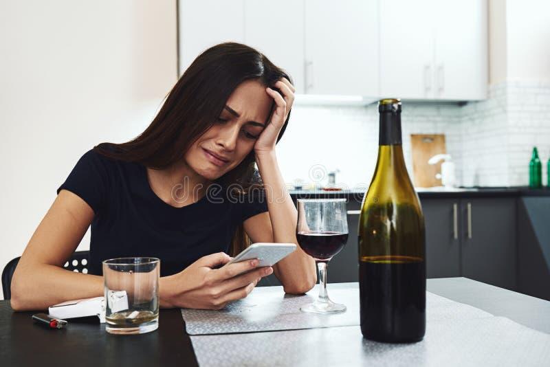 Vår största härlighet är inte, i aldrig att missa, men, i stigning upp, varje gång missar vi Alkoholist för ung kvinna, rökare so fotografering för bildbyråer