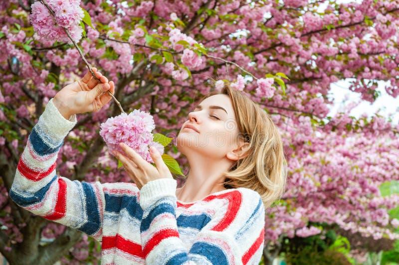 Vårallergi Härlig kvinna som tycker om det blommande trädet för natur royaltyfri foto