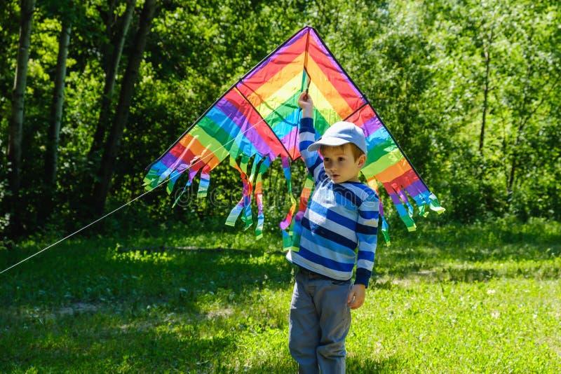 Vårbegreppsidé, vårbakgrundsmiljö, tecken Draken i sommarpojken som spelar på fält, parkerar dagen, aktivitet royaltyfri bild