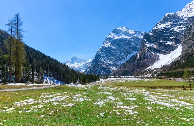 Vårberglandskapet med lappar av smältande snö, Österrike, Tyrol, alpina Karwendel parkerar royaltyfri fotografi