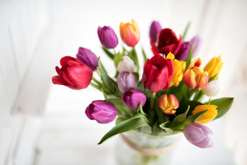 Vårbukett med färgrika tulpan arkivbild