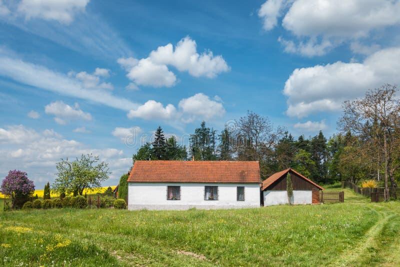 Vårbygd med det härliga huset för gammalt land fotografering för bildbyråer