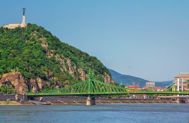 Vårcityscape av Budapest med den Danube River, Gellert kulle- och frihetbron royaltyfria bilder