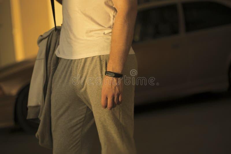 Vård- apparat för klocka för körning för ung man för sport och för blickkläder smart med arkivbild