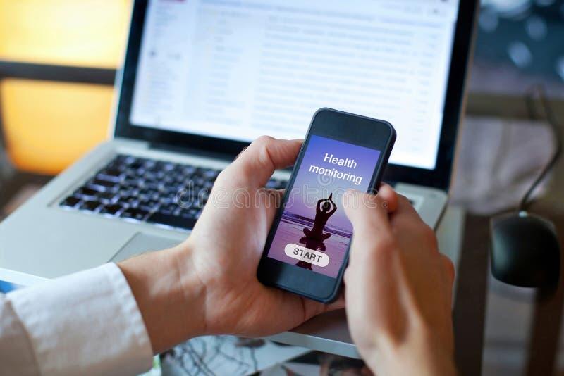 Vård- applikation på den smarta telefonen arkivfoto