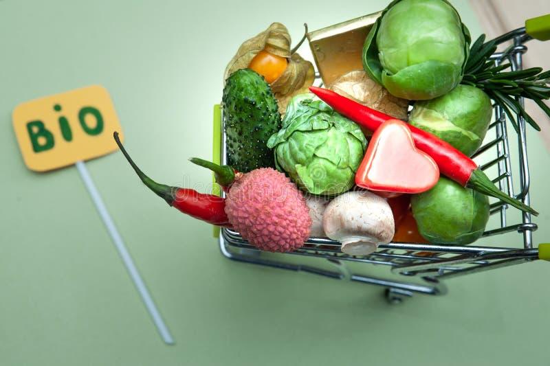 Vård- bio begrepp för organisk mat, shoppingvagn i supermarket mycket av frukter och grönsaker, Top beskådar royaltyfri bild