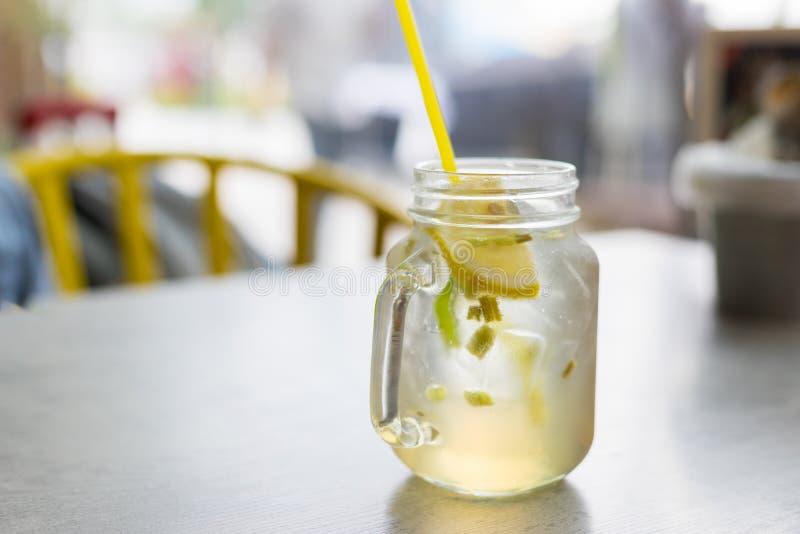 Vård- drinklemongrassdrink med is på suddighetsbakgrund royaltyfri fotografi