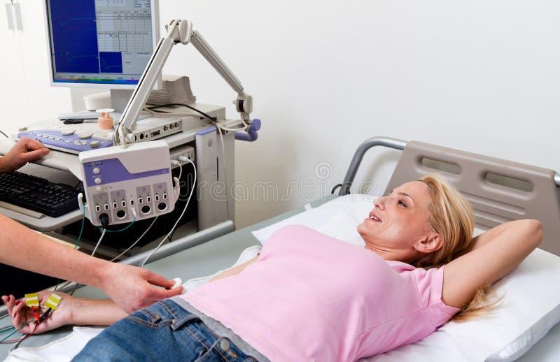 Vård- examen för sjukvårdsjukhuselectromyography royaltyfria bilder