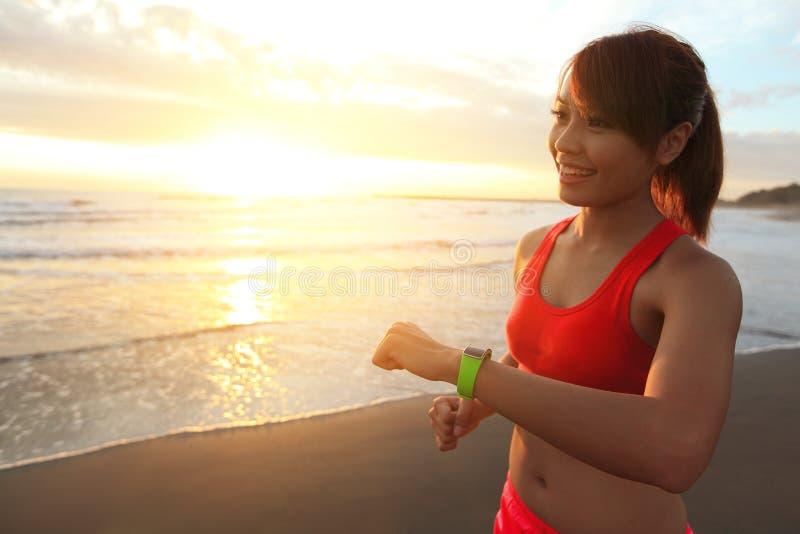 Vård- sportkvinna med den smarta klockan royaltyfri foto