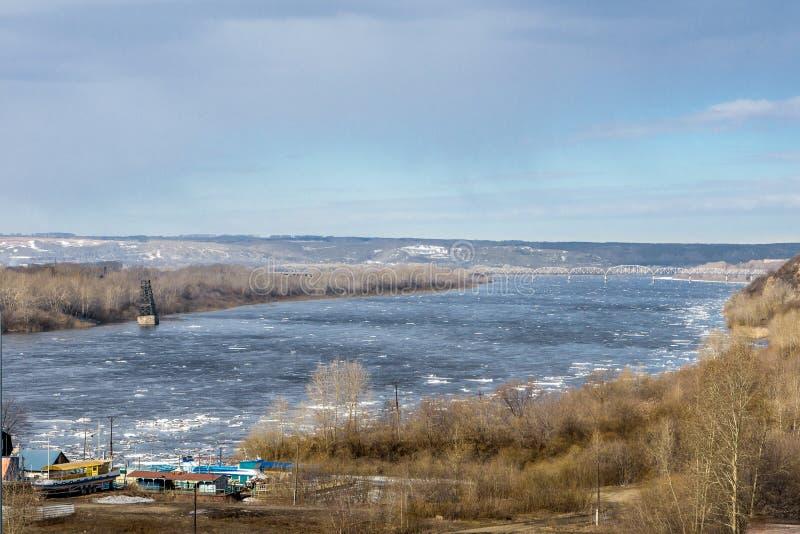 Vårdag, isdriva på floden arkivbild