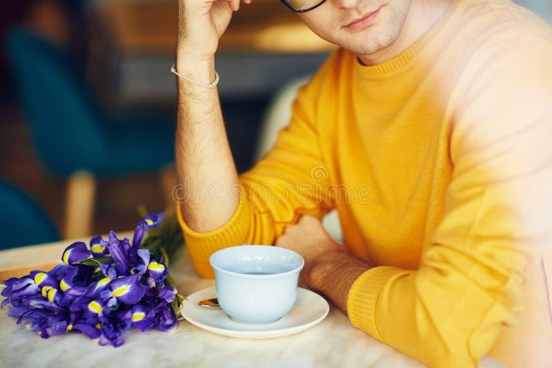 Vårdatum i kafé arkivbild