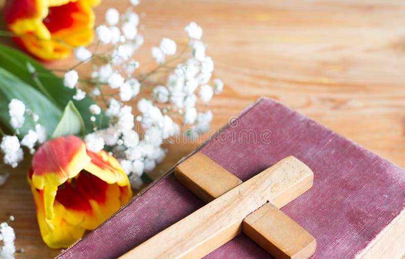 Våreaster blommor och kors på träbakgrund royaltyfria foton