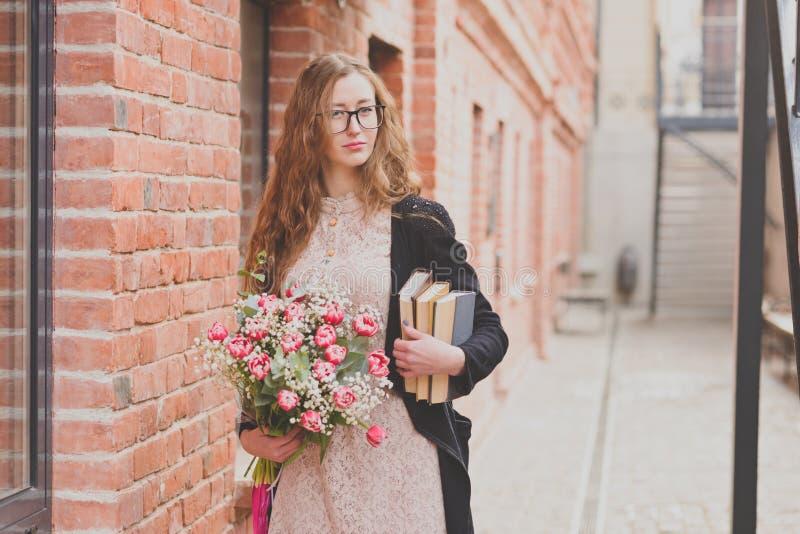 Våren går av en flicka med en blommabukett royaltyfria foton