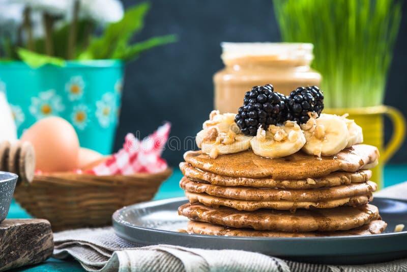 Vårfrunch, pannkakor med nya frukter arkivfoto