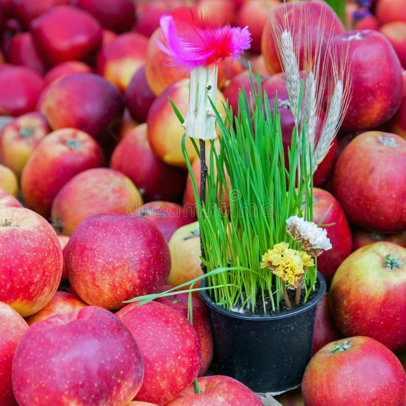Vårgarnering och röda äpplen arkivfoto