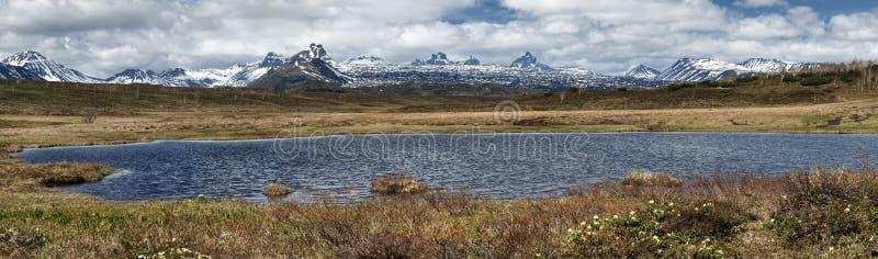 Vårlandskap av den Kamchatka halvön: panoramautsikt av bergsjön royaltyfri bild