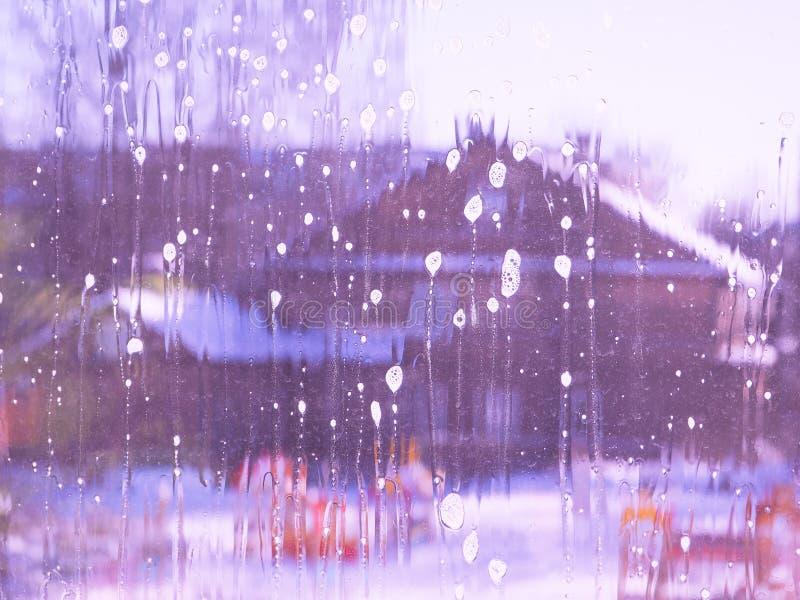 Vårlokalvård - lokalvårdfönster Händer för kvinna` s tvättar fönstret som gör ren royaltyfri fotografi