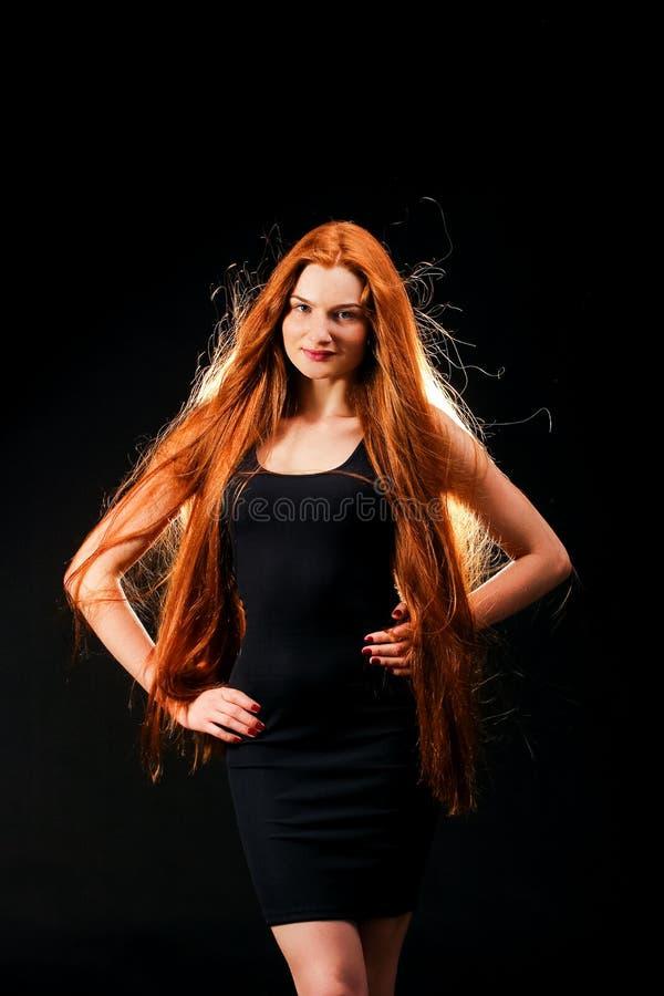 Vårmodell med blomman Sunt långt rött hår Härliga unga Wom royaltyfria bilder