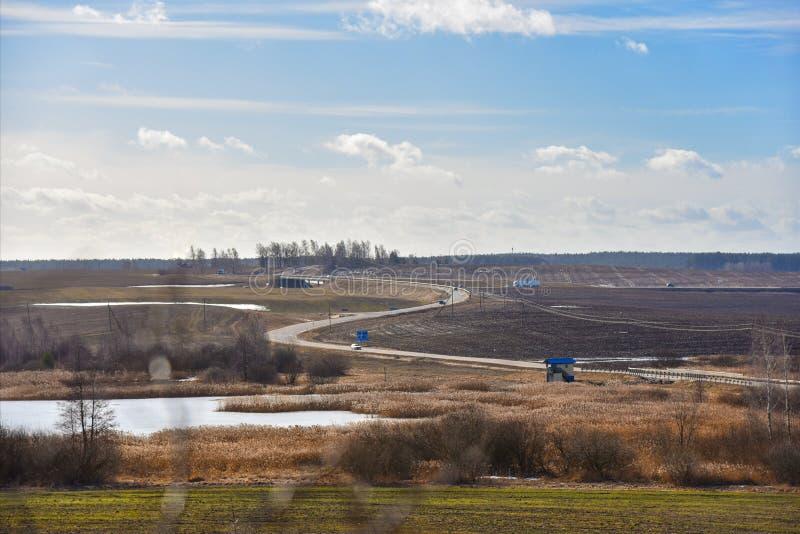 Vårnatur i Vitryssland sicily för väg för panorama för land för luftblueoklarheter öppen sky Landskap arkivfoto