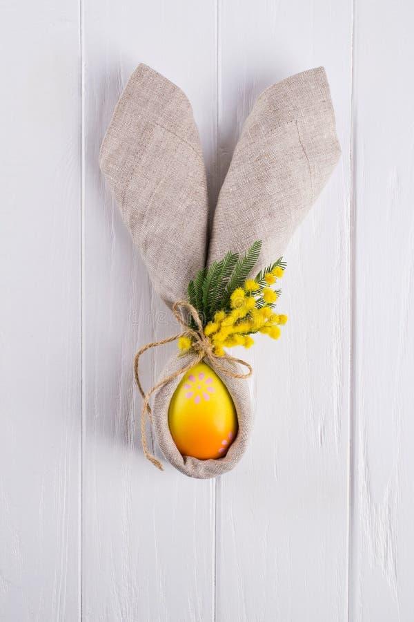 Vårpåskbakgrund för meny Garnering för påskägg, servett för kaninöralinne och kökbestick på vit arkivfoton