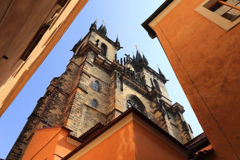 VårPrague gotisk Tyn domkyrka royaltyfria foton