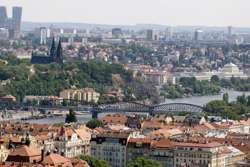 VårPrague stad med den gröna naturen från kullen Petrin, Tjeckien arkivfoto