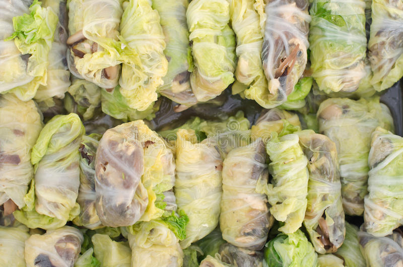 Vårrulle i kryddig sås för griskött och för grönsak - traditionellt thai arkivbilder