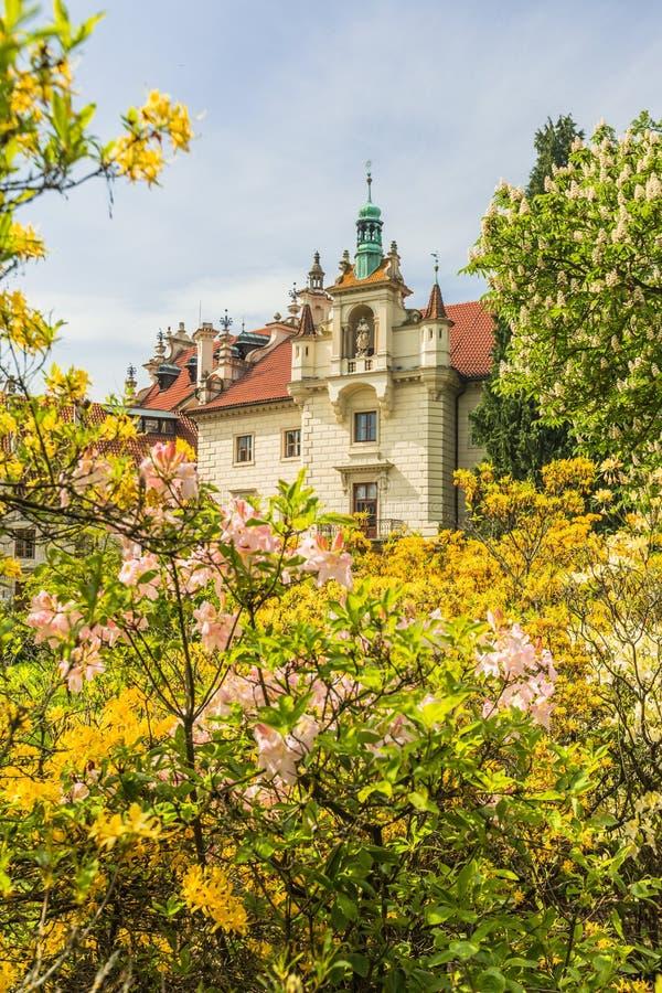 Vårsikt av den romantiska slotten i en trädgård arkivbilder