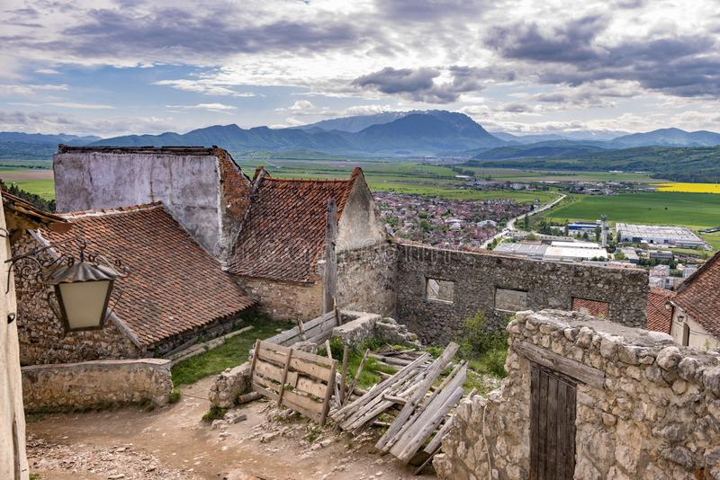 Vårsikt i den Rasnov citadellen, i det Brasov länet Rumänien, med Piatra Craiului berg i bakgrunden arkivbild