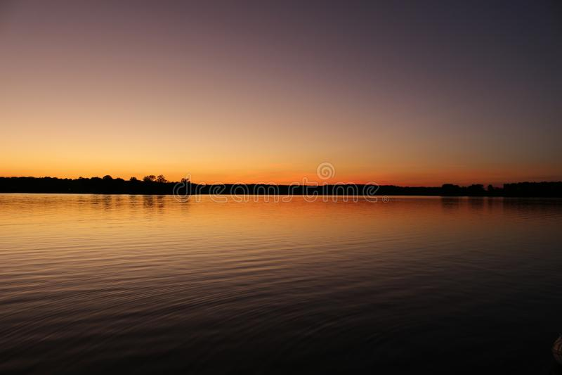 Vårsolnedgång på Chesapeakefjärden arkivfoto