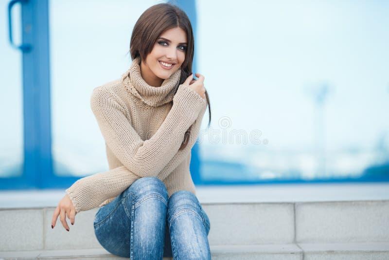Vårstående av en härlig kvinna utomhus arkivfoto