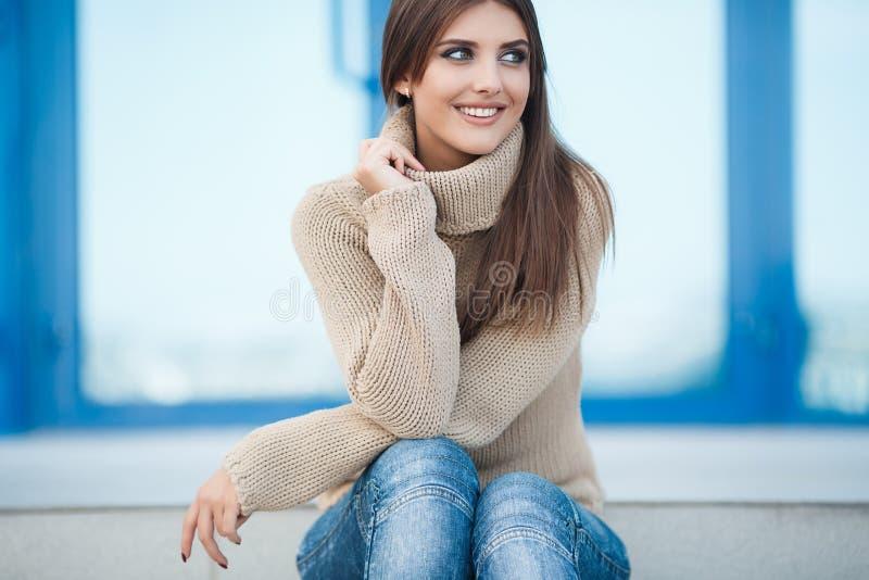 Vårstående av en härlig kvinna utomhus fotografering för bildbyråer