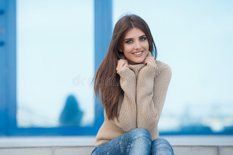 Vårstående av en härlig kvinna utomhus royaltyfri foto
