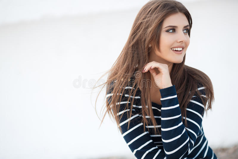 Vårstående av en härlig kvinna utomhus royaltyfria foton