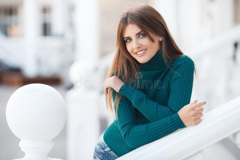 Vårstående av en härlig kvinna utomhus royaltyfria bilder