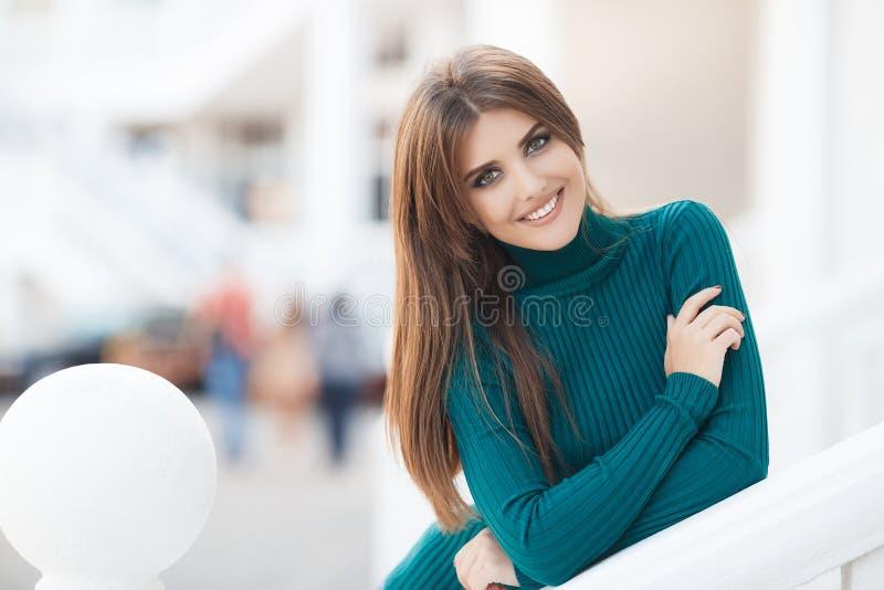 Vårstående av en härlig kvinna utomhus royaltyfri fotografi